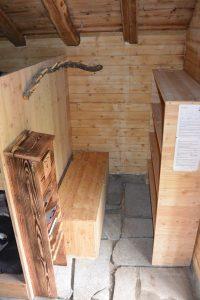 Moos-Alphütte Garderobe